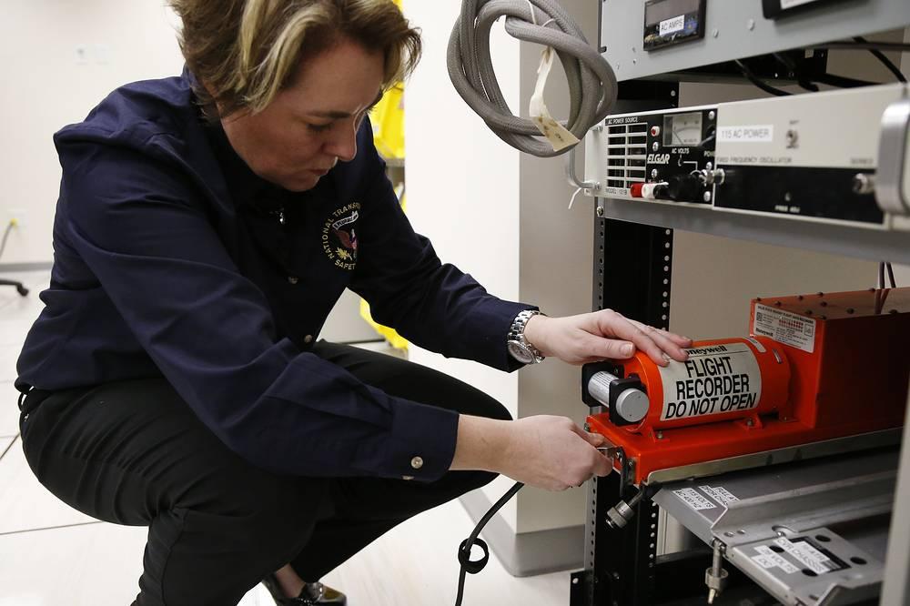 """Бортовой самописец, он же """"черный ящик"""",  регистрирует основные параметры систем самолета и фиксирует переговоры экипажа. В самолете """"черные ящики"""" располагаются, как правило, в хвостовой части, которая статистически меньше и реже всего остального повреждается при авариях. Работа по восстановлению полетных данных в лаборатории материаловедения  NTSB (National Transportation Safety Board) в Вашингтоне"""