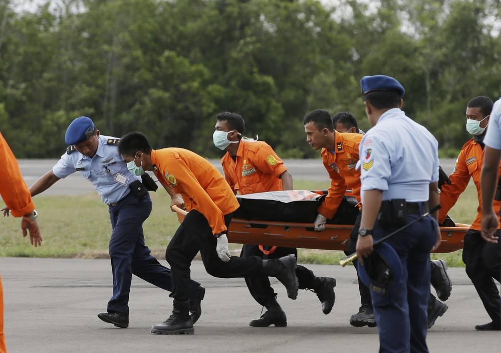 Тело погибшего пассажира рейса QZ 8501, найденное в ходе спасательной операции