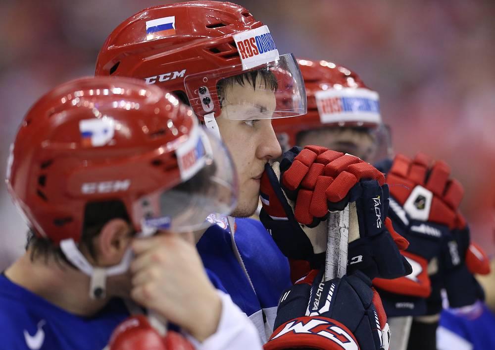 Игрок сборной России Александр Шаров (в центре)