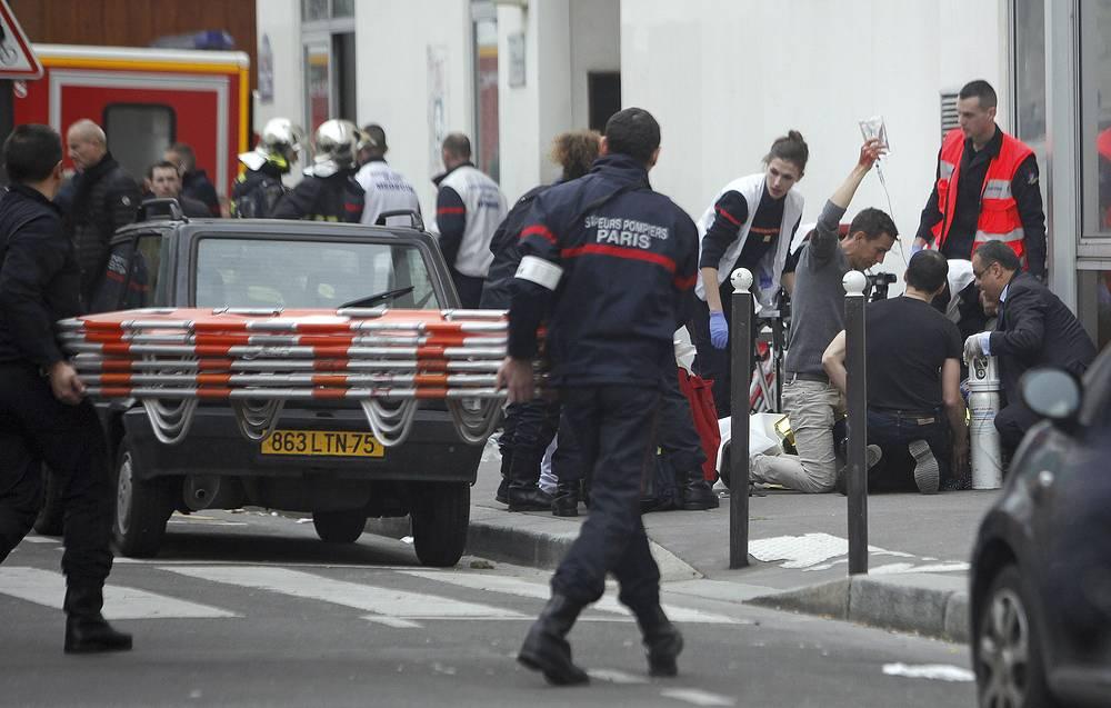 В ходе нападения погибли 12 человек - в основном сотрудники издания, случайные посетители и двое полицейских