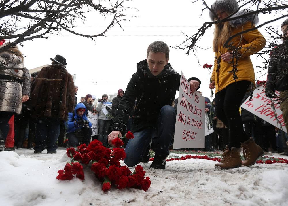 Люди принесли цветы к зданию диппредставительства, выразви свои соболезнования