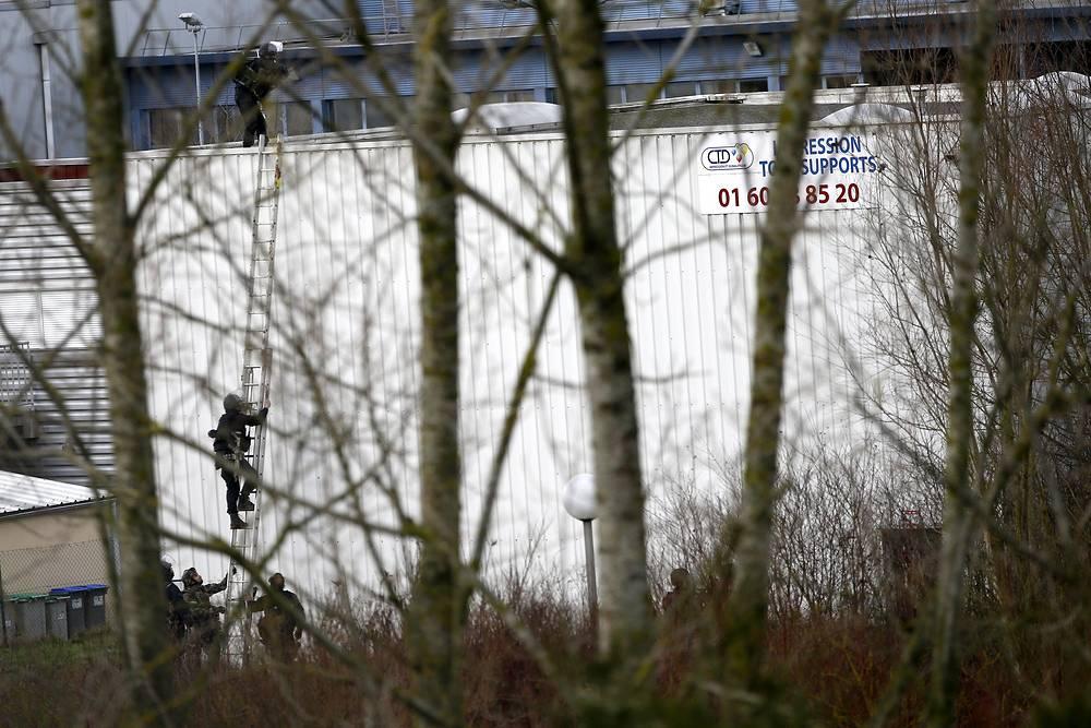 После нападения на редакцию полиция Франции провели антитеррористическую операцию. Подозреваемыми в нападении на редакцию газеты считались братья Шериф и Саид Куаши. В пятницу, 9 января братья Куаши взяли в заложники сотрудника типографии в городе Даммартен-ан-Гоэль в 40 км к северу от Парижа. В результате спецооперации терриристы были убиты, а заложник освобожден