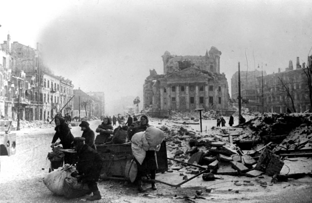 Варшава после его освобождения Советской Армией, январь 1945 года