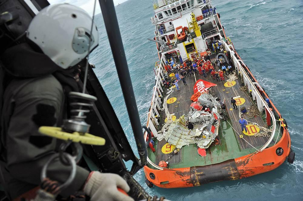"""На палубу судна """"Крест Оникс"""" были доставлены деформированные обломки хвостовой части самолета"""