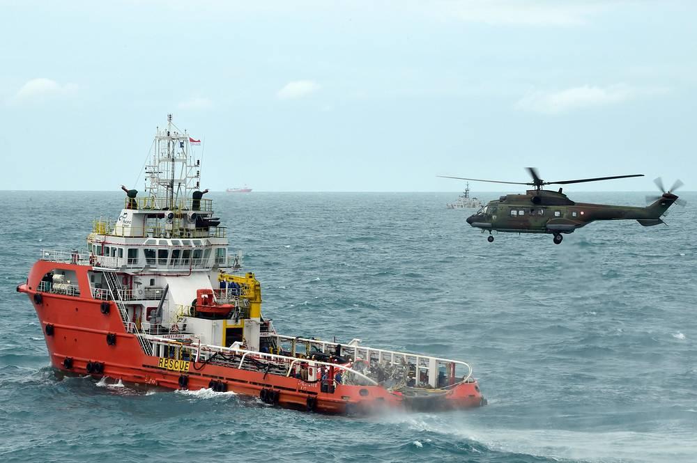 """10 января спасатели возобновили операцию по подъему хвостовой части разбившегося в Яванском море самолета компании AirAsia, а также поиски запеленгованного ранее сигнала """"черных ящиков"""""""