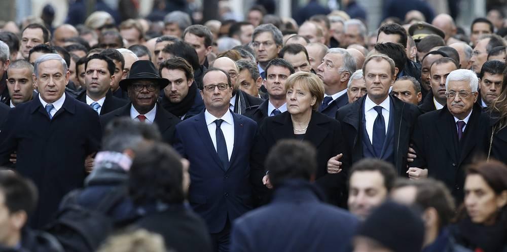 Премьер-министр Израиля Биньямин Нетаньяху, президент Мали Ибрагим Бубакар Кейта, президент Франции Франсуа Олланд, канцлер Германии Ангела Меркель, премьер-министр Польши Дональд Туск и президент Палестины Махмуд Аббас на шествии в Париже (слева направо)