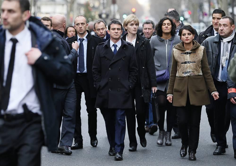 Премьер-министр Франции Мануэль Вальс (в центре) во время марша