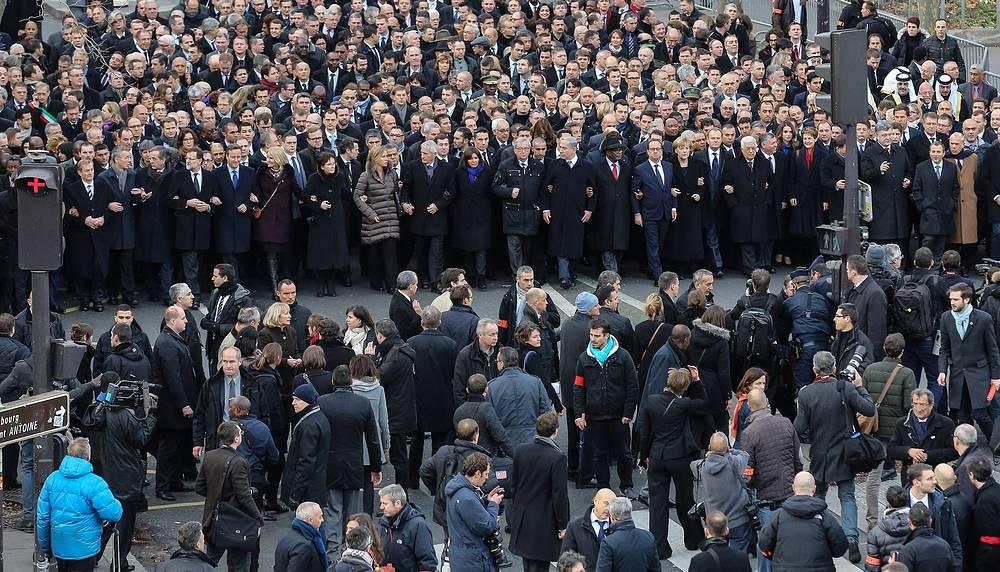 В шествии приняли участие президент страны Франсуа Олланд, члены правительства, а также делегации из почти 50 государств