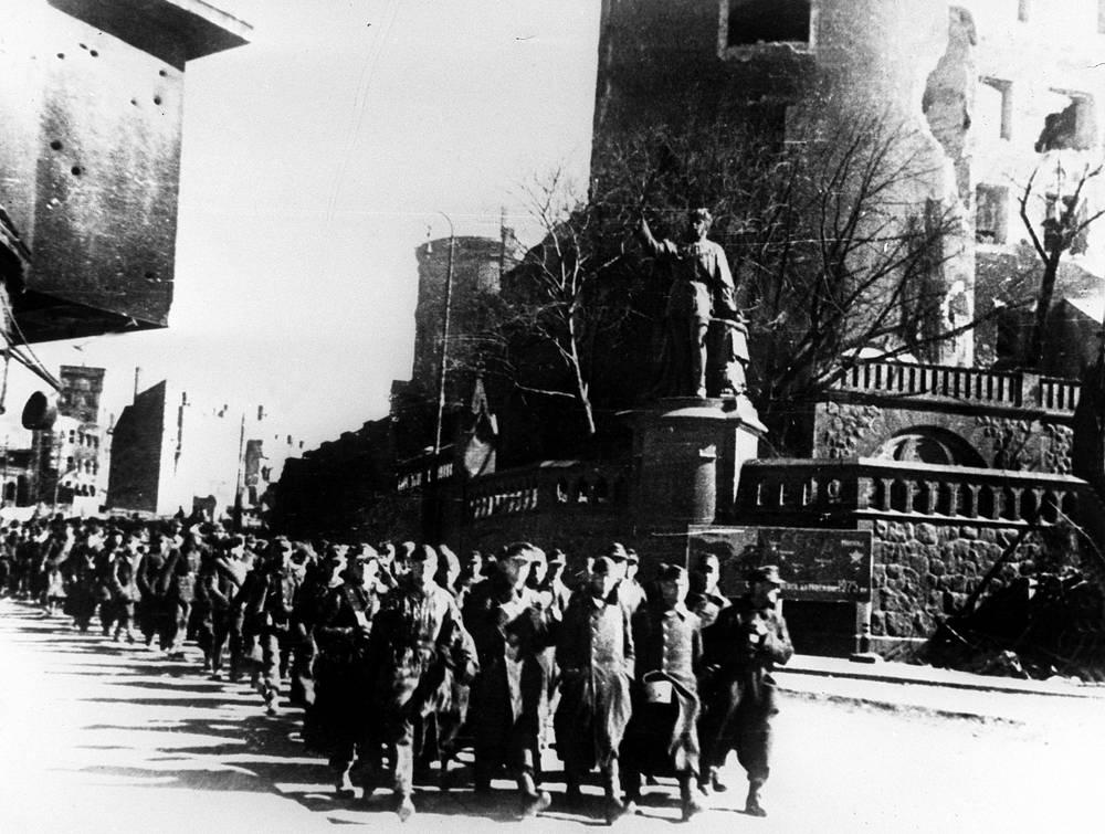 Немецкие военнопленные на улицах Кенигсберга, 1945 год