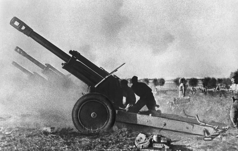 Восточная Пруссия. Советская артиллерийская батарея ведет огонь по отступающему противнику, 1945 год