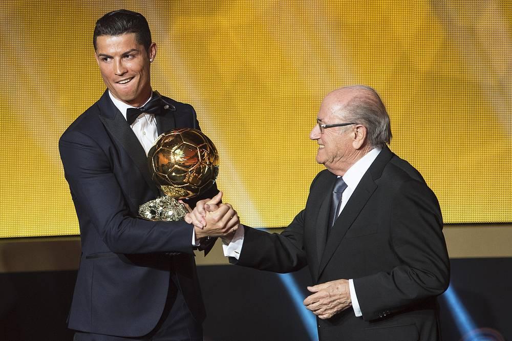 Криштиану Роналду принимает поздравления от Йозефа Блаттера