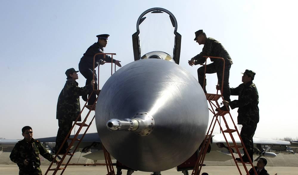 Су-27 - многоцелевой истребитель, самолет завоевания господства в воздухе. Китайские военные изучают кабину Су-27, КНР, 2007 год