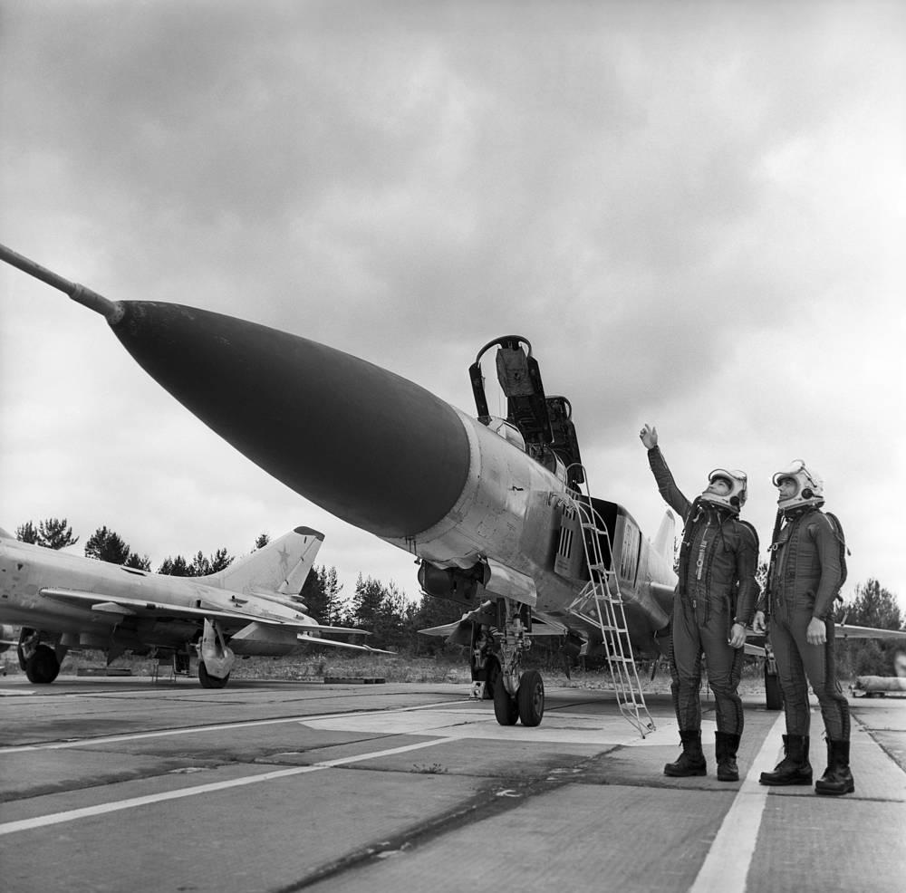 Истребитель-перехватчик Су-15. На протяжении нескольких десятилетий, вплоть до начала 1990-х годов, основной самолет авиации ПВО.