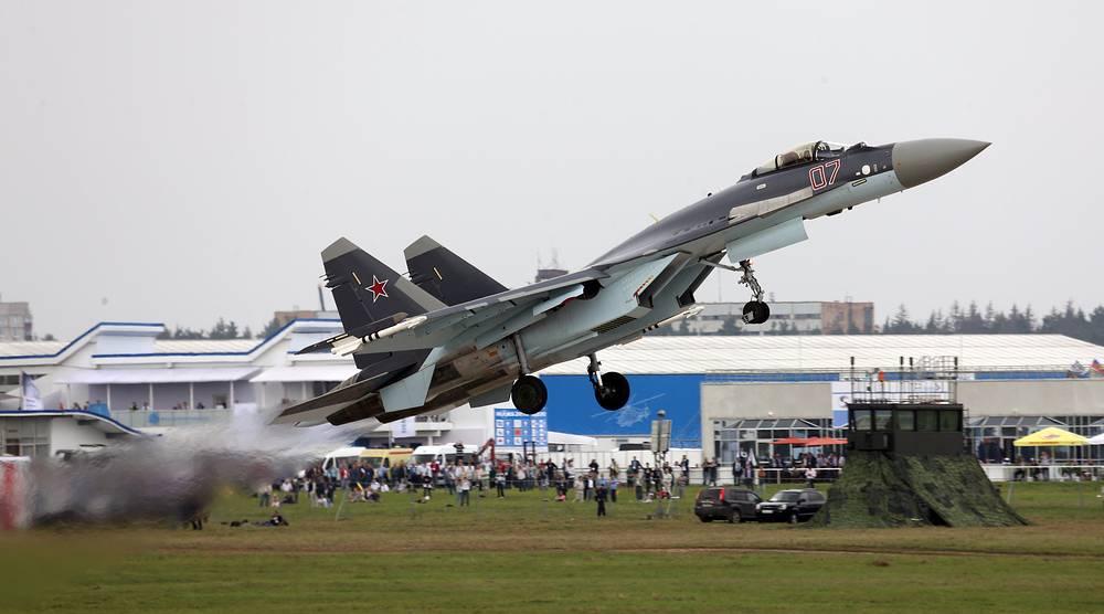 Су-35 - глубоко модернизированный сверхманевренный многофункциональный истребитель поколения «4++». В нем использованы технологии пятого поколения, обеспечивающие превосходство над истребителями аналогичного класса. Су-35 на МАКС-2013 в Жуковском.