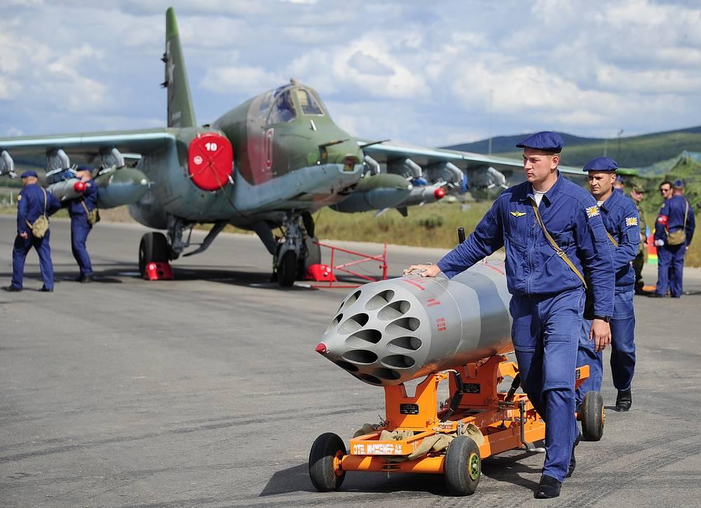 Штурмовик Су-25 - первый в послевоенной истории СССР полноценный самолет поля боя. Техники готовят к вылету Су-25 в рамках специальных учений системы материально-технического обеспечения Восточного военного округа на военном аэродроме Центральная Угловая, 2014 год