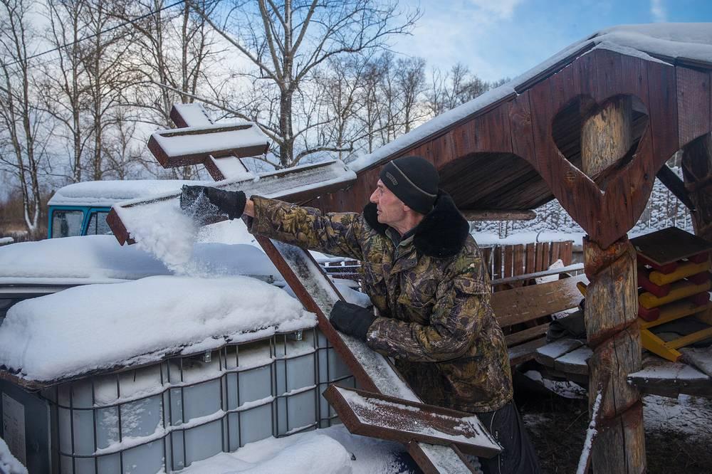 Михаил Коршунов во дворе дома