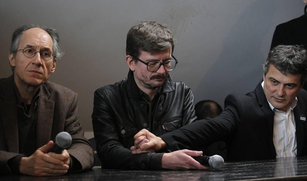 Новый главный редактор Charlie Hebdo Жерар Биар, колумнист Патрик Пеллу, карикатурист Ренальд Лузье (слева направо) во время пресс-конференции в Париже, посвященной новому выпуску журнала Charlie Hebdo, 13 января