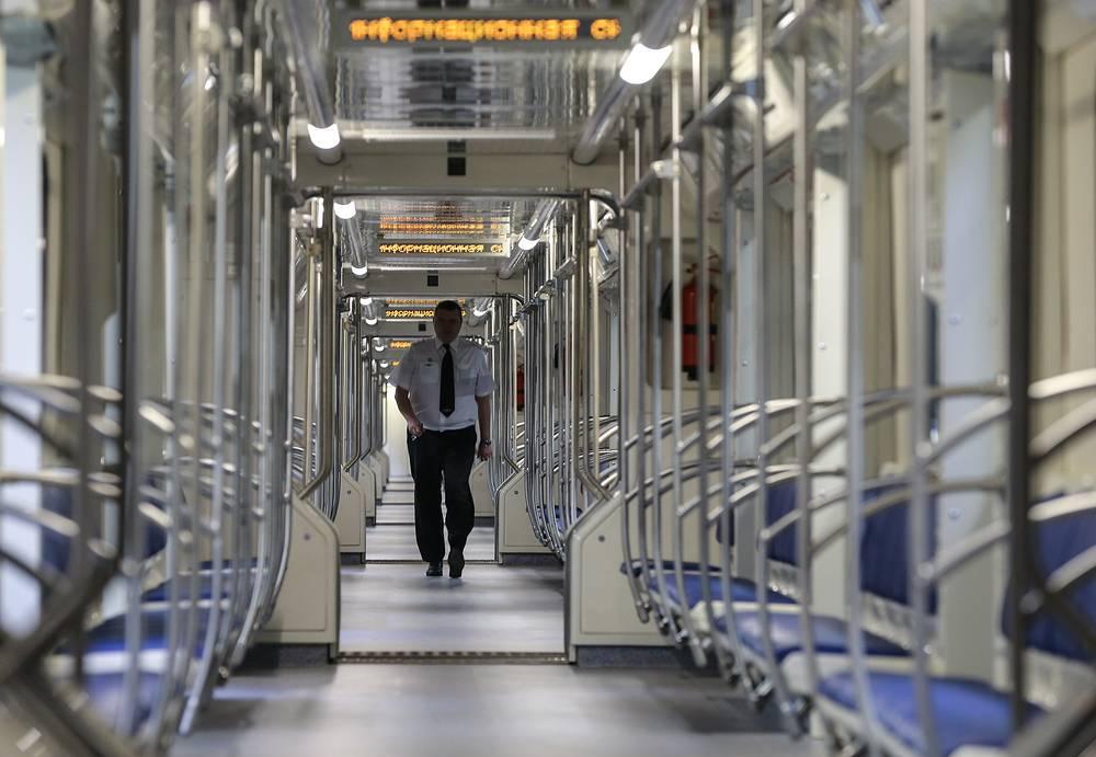 15 января по серой ветке московского метро пустили новый поезд, оборудованный с первого по восьмой вагон сквозным проходом для пассажиров. В новом поезде гораздо просторнее, снижен уровень шума, повышена плавность хода. Кроме того, пассажиры получат доступ к дополнительным местам для сидения
