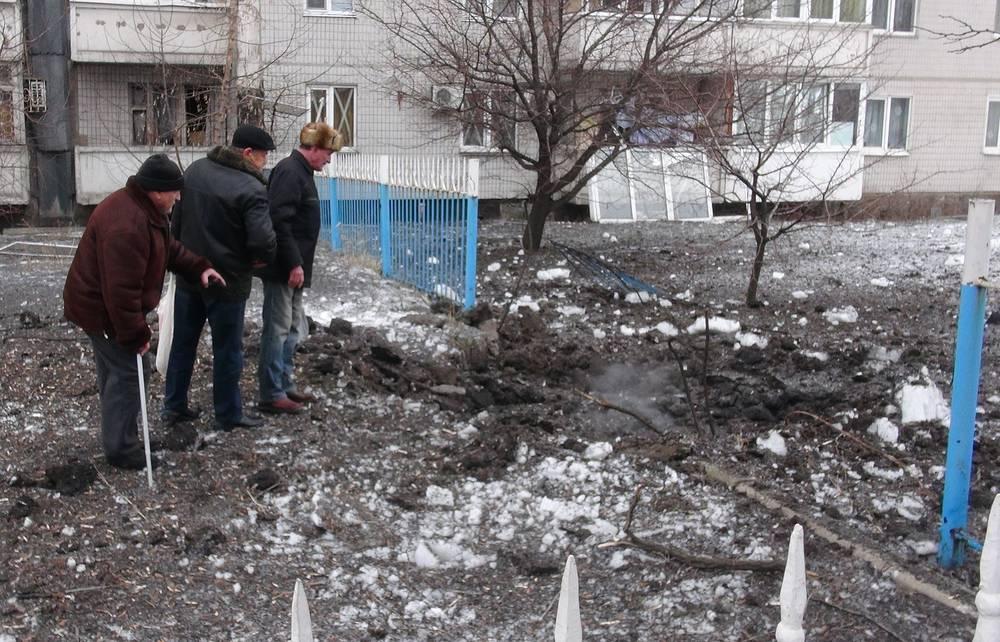 В администрации Донецка заявили о пяти погибших мирных жителях. На фото: место разрыва снаряда у одного из жилых домов Донецка, 18 января 2015 года
