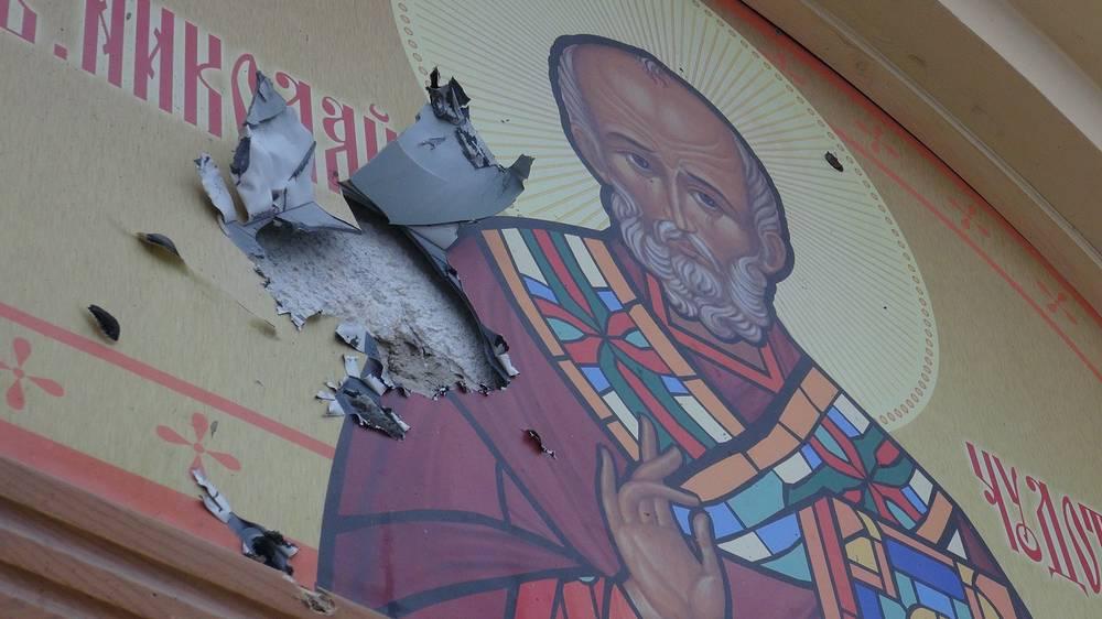 В результате артобстрелов получили повреждения здания школ, детского сада, церковь. На фото: поврежденная стена церкви Николая Чудотворца на площади железнодорожного вокзала,  18 января 2015 года