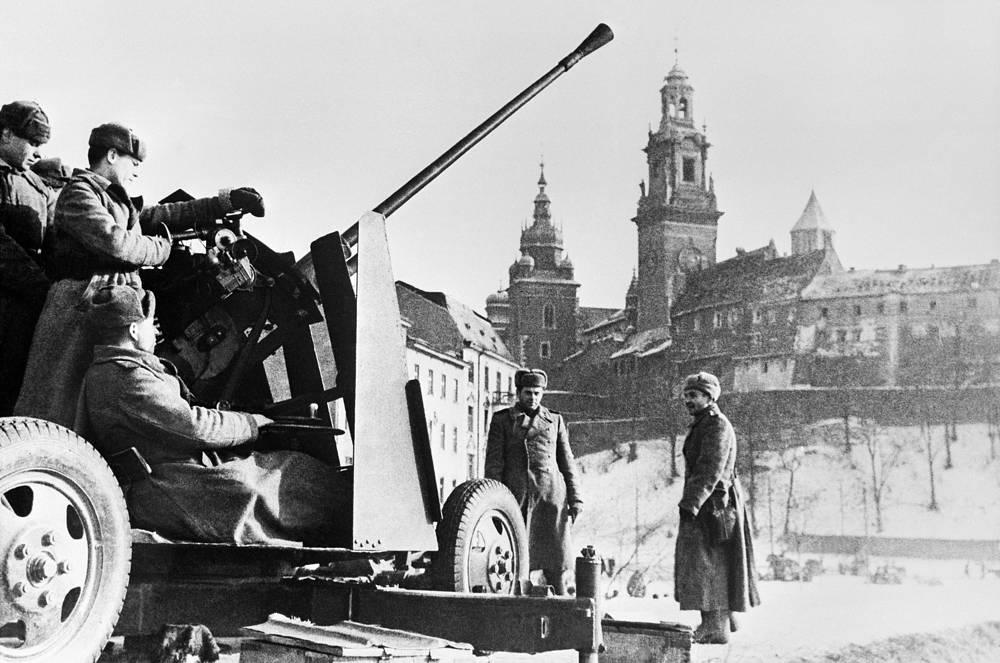 Советские воины в освобожденном Кракове, 1945 год