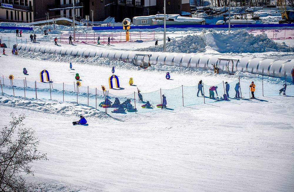 В детском горнолыжном городке на «Архызе» под руководством опытных инструкторов можно научиться стоять на лыжах.