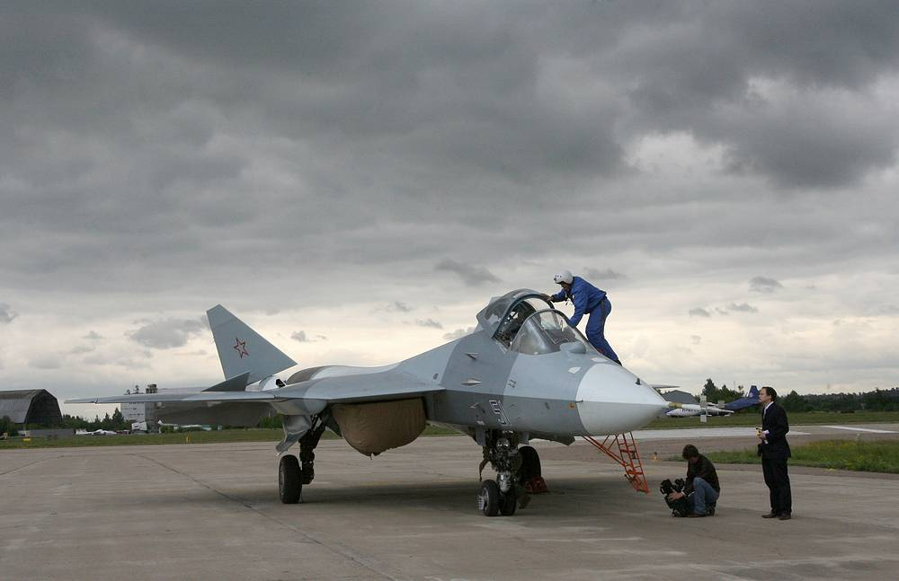 Истребитель пятого поколения Т-50 на аэродроме ЛИИ им. Громова в подмосковном Жуковском, 2010 год