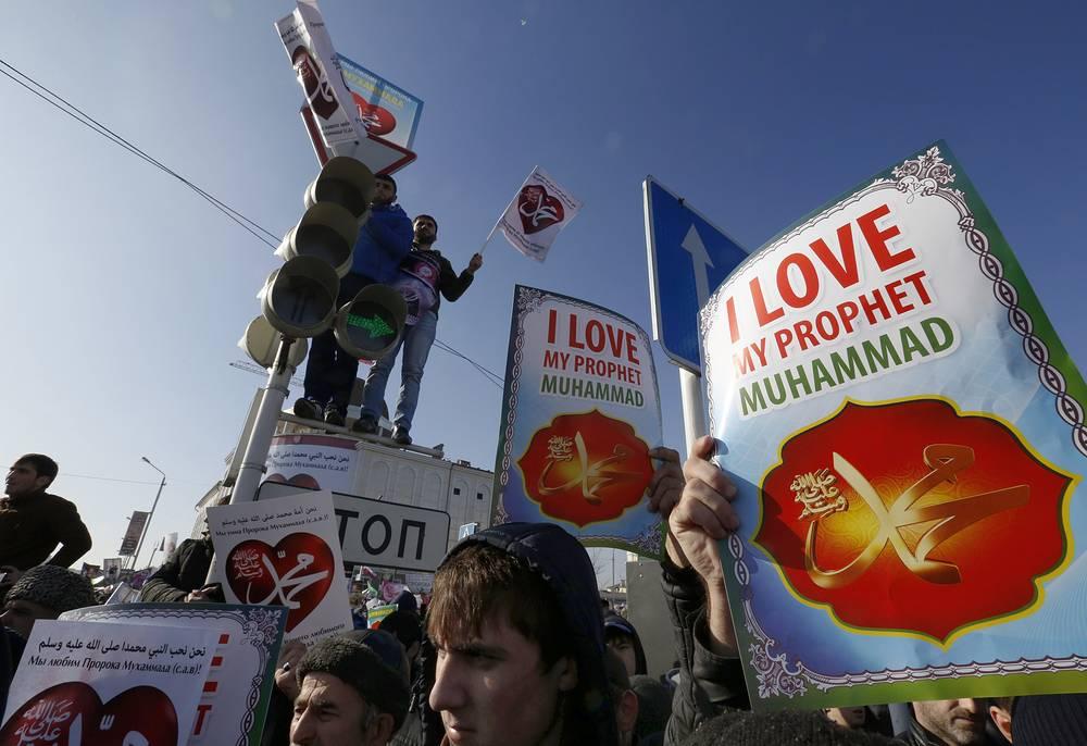 """Участники акции """"Любовь к пророку Мухаммеду"""" в защиту исламских ценностей, против карикатур на пророка"""
