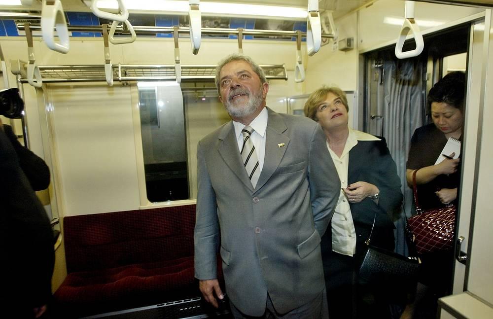 """Президент Бразилии Луис Игнасио да Силва с женой Марисой Летисией осматривают поезд метро на станции """"Симбаси"""" в Токио, Япония, 2005 год"""