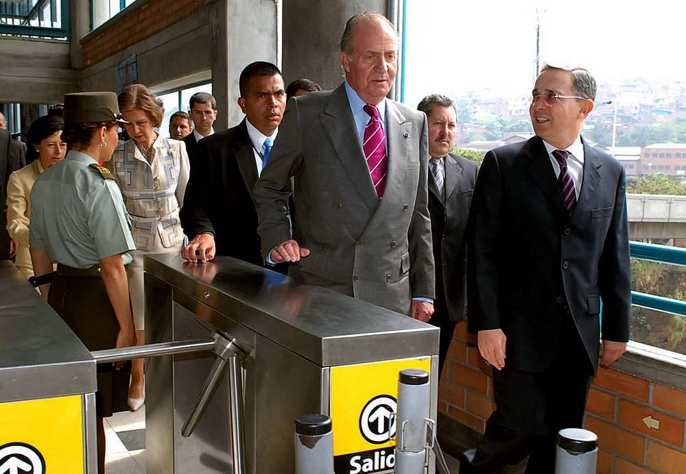 Король Испании Хуан Карлос (в центре) и президент Колумбии Альваро Урибе заходят в метро в Медельине, Колумбия, 2007 год