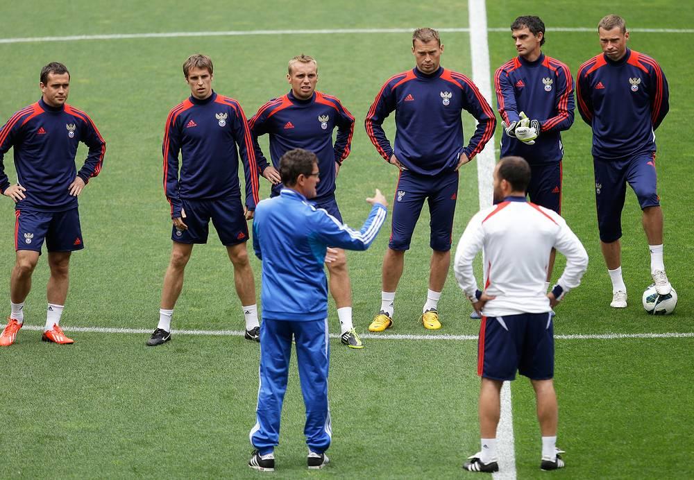 Фабио Капелло и футболисты сборной России на тренировке в Лиссабоне 6 июня 2013 года перед матчем с командой Португалии