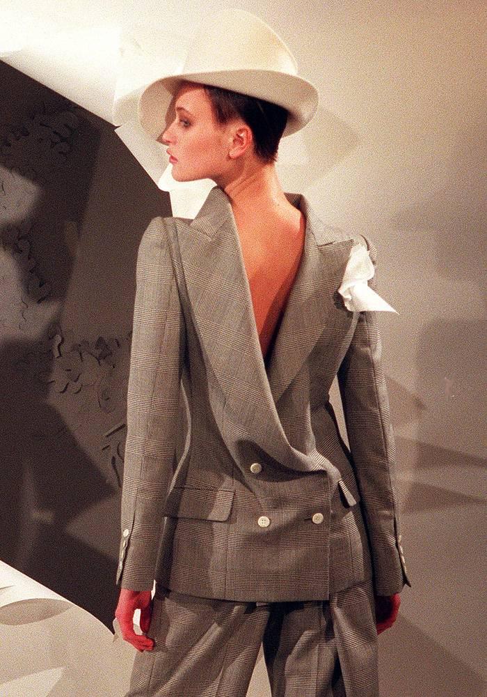 Весенне-летняя коллекция Christian Dior, разработанная британским дизайнером Джоном Гальяно, возглавившим модный дом после Ферре, 1999 год