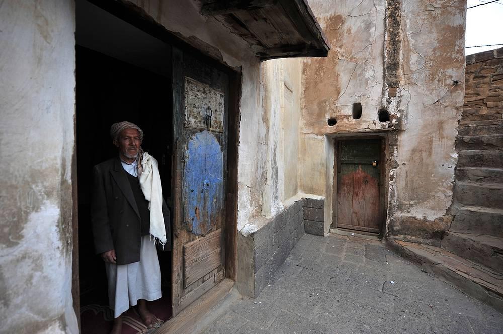 У входа в мечеть в городе Суля. Город занесен в предварительный лист всемирного наследия ЮНЕСКО