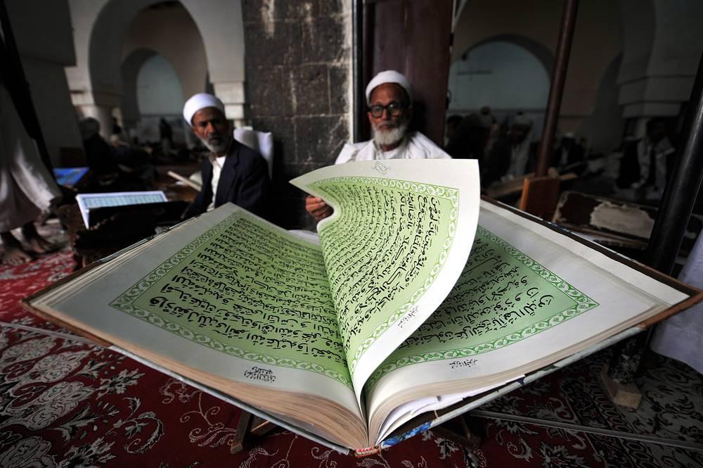 Мусульманин читает Коран в соборной мечети в Сане. Легенды гласят, что постройку первой мечети в городе в VII веке приветствовал пророк Мухаммед