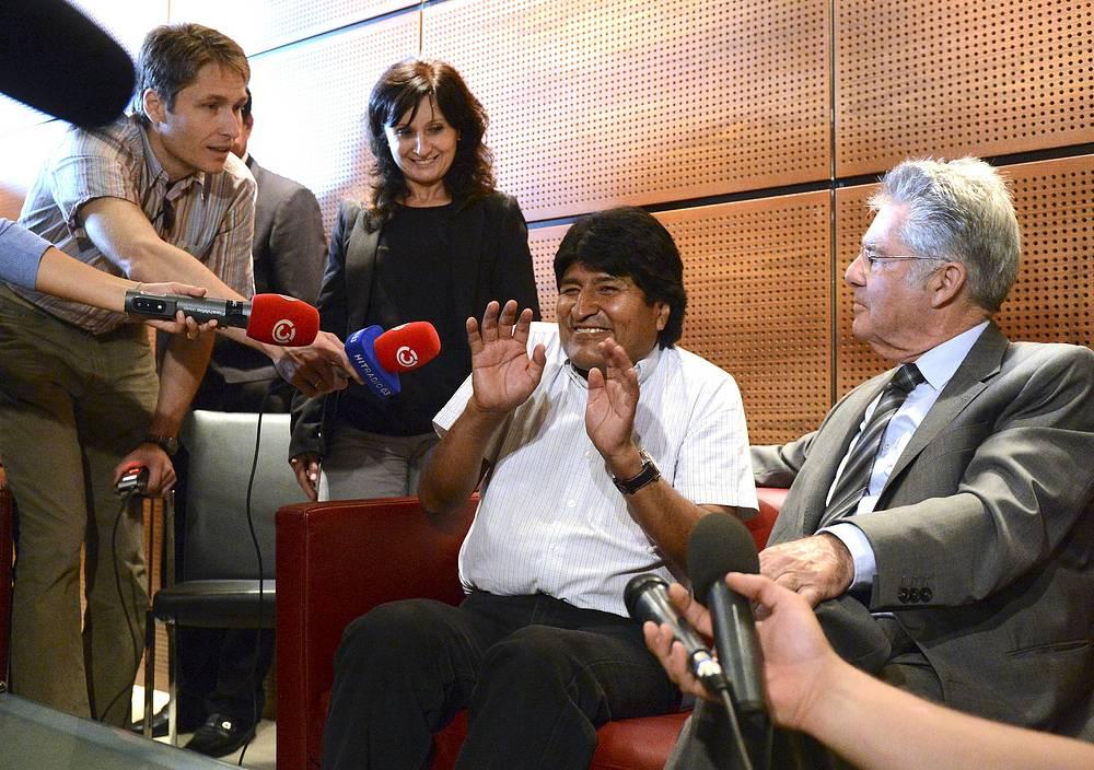 Успехом своей политики Эво Моралес считает возвращение в собственность государства приватизированных предприятий стратегического энергетического сектора. На фото: президент Боливии (второй справа) во время встречи с журналистами в аэропорту Вены