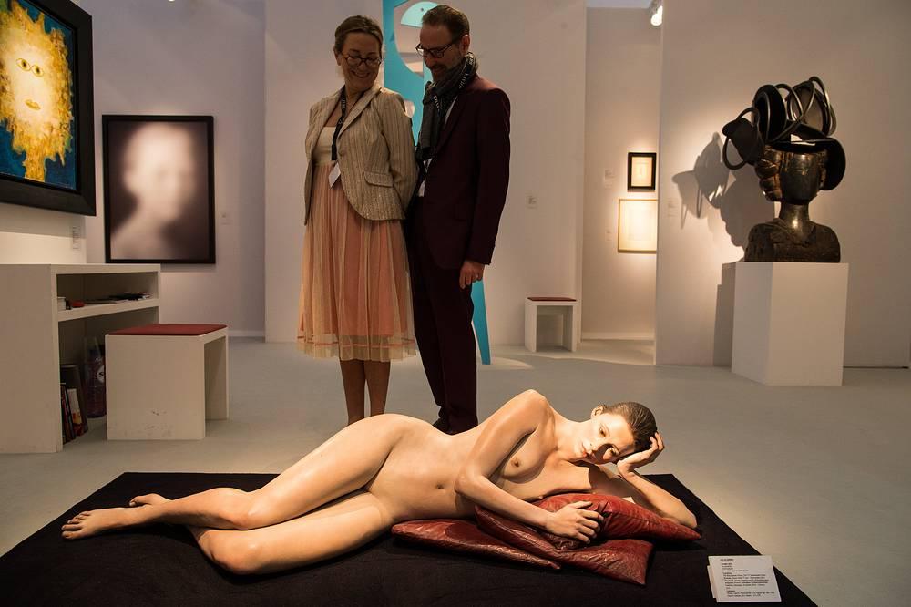 """Посетители у работы """"Jennifer"""" американского скульптора Джона Ди Адре (John De Andrea), представленной  Marc Heiremans Gallery"""
