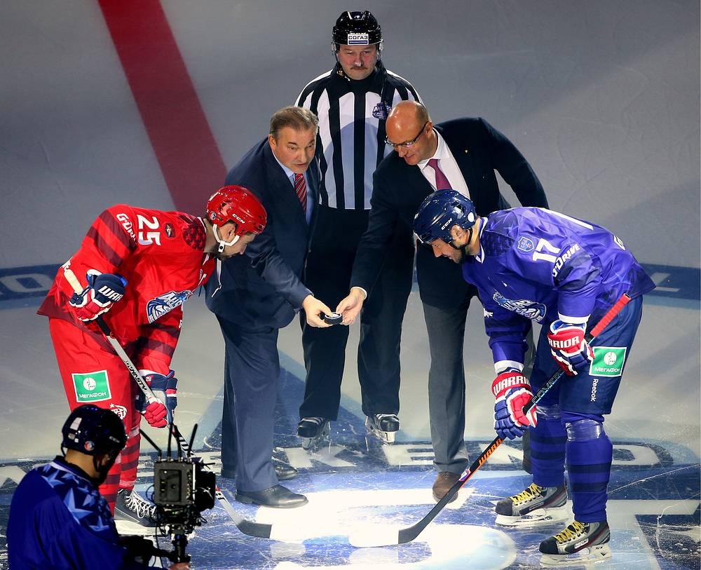 Стартовое вбрасывание - и Матч звезд КХЛ-2015 начался