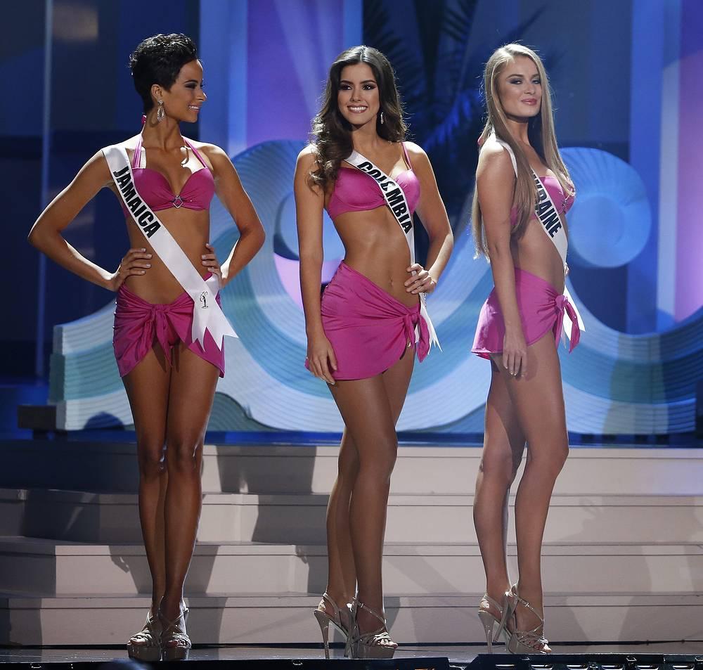 Мисс Ямайка Качи Феннелл, мисс Колумбия Паулина Вега и мисс Украина Диана Гаркуша во время дефиле в купальниках