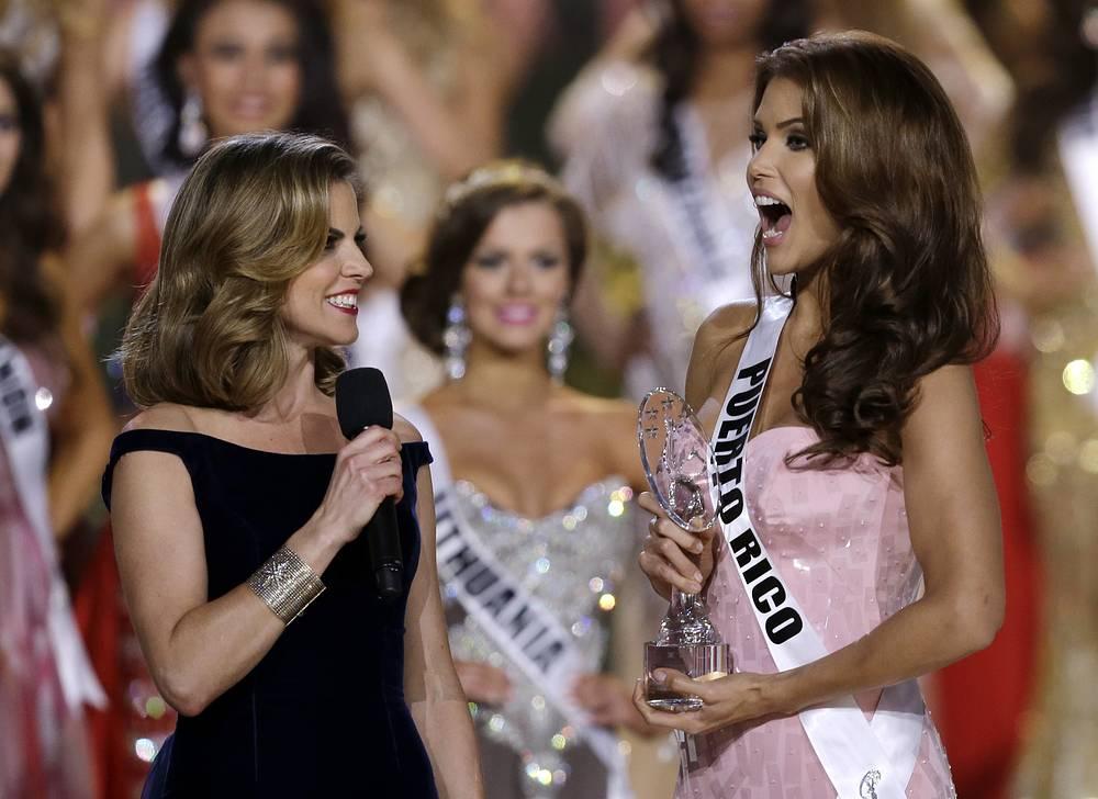 """Ведущая шоу Натали Моралес вручает награду """"Мисс фотогеничность"""" мисс Пуэрто-Рико"""