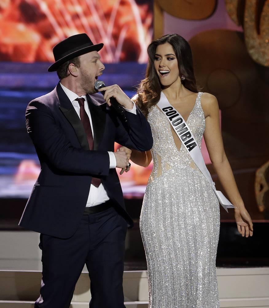 Певец Гэвин Дегро выступает рядом с мисс Колумбия Паулиной Вегой