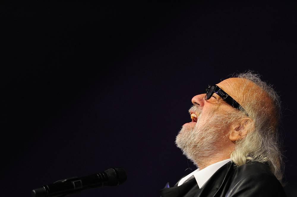 Демис Руссос во время своего юбилейного концерта, посвященного 45-летию творческой деятельности, в Доме музыки в Москве. 2012 год