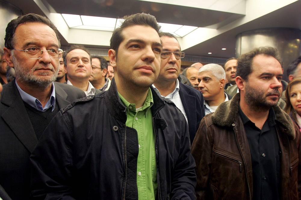 """""""Мы полны решимости показать новый стиль власти. Я дал указание о сокращении персонала своей резиденции на 30%, а своей личной полицейской охраны - на 40%"""" (8 февраля, Афины). На фото: Алексис Ципрас (в центре) во время посещения Государственной энергетической корпорации Греции в Афинах, 2008 год"""