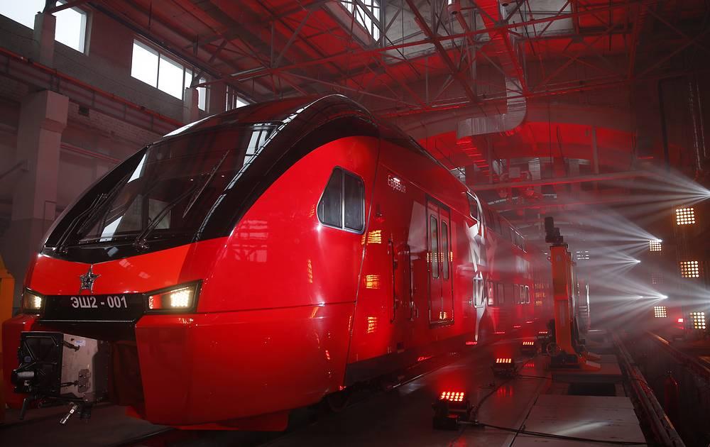 Двухэтажный электропоезд ЭШ2. Производится швейцарской фирмой Stadler Rail AG для эксплуатации на территории России. В эксплуатации находятся в 6- и 4-вагонном исполнении. Вместимость - 396-700 пассажиров (в зависимости от  длины состава и рассадки)   Максимальная скорость - 160 км/ч
