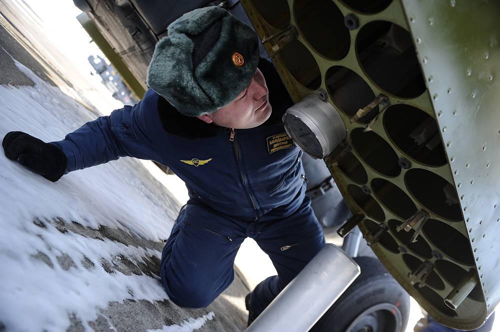 Подготовка вертолета Ми-8 к установке минных полей из системы минирования ВСМ-1