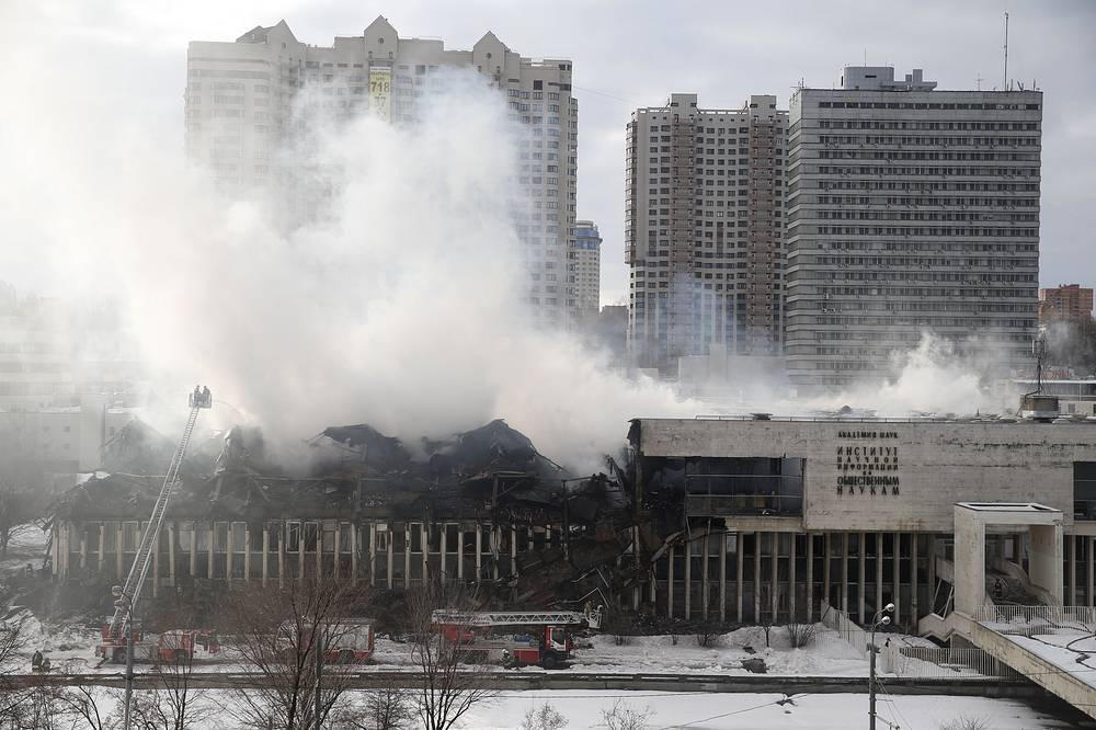 В Москве в результате пожара в здании фундаментальной библиотеки института РАН на Нахимовском проспекте уничтожено 15% хранившихся там экземпляров книг. Часть здания сгорела и обрушилась