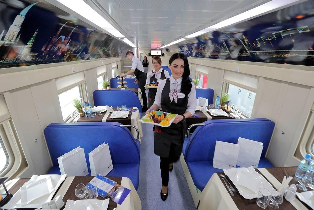 Составы новых поездов сформированы только из купейных вагонов. В них включены также штабной вагон и вагон-ресторан (на фото)