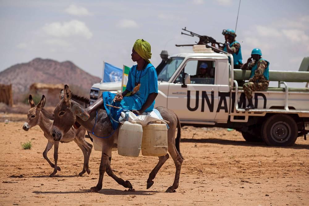 Миссия ООН в Дарфуре (ЮНАМИД) была учреждена в 2007 году. Сейчас в ее составе работают 16 тыс. военных и полицейских, включая наблюдателей и около 3 тыс. гражданского персонала (иностранцы и местные жители)