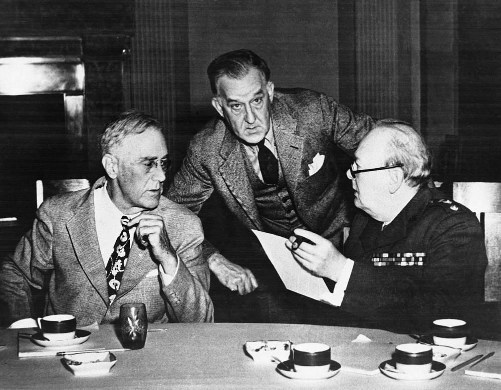 Президент США Франклин Рузвельт, его секретарь Стивен Эрли и премьер-министр Великобритании Уинстон Черчилль