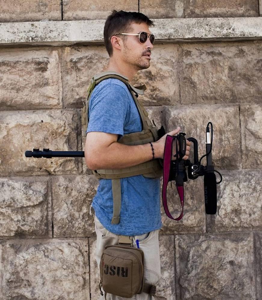 """Первый иностранный заложник  - 40-летний американский журналист Джеймс Фоули - был похищен в Сирии 22 ноября 2012 г. Убит 20 августа 2014 г. """"Исламское государство"""" распространило видеозапись его убийства под названием """"Послание Америке"""""""
