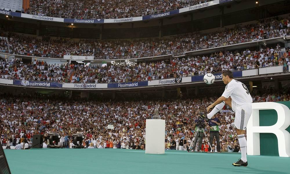 """Криштиану Роналду во время презентации в качестве игрока мадридского """"Реала"""" на стадионе """"Сантьяго Бернабеу"""", 2009 год"""